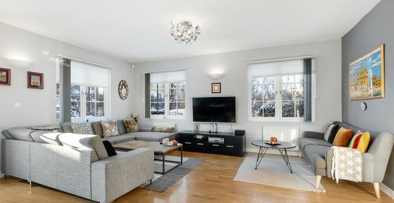 Lys og romslig stue med god plass til flere salonger.