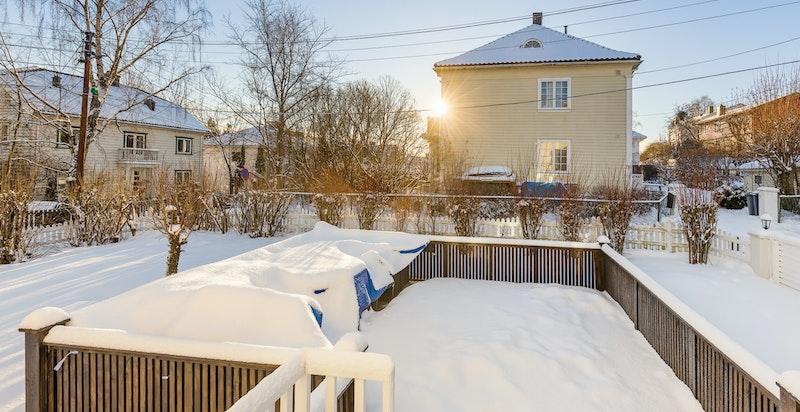 Fra stue er det utgang til terrasse og hage.