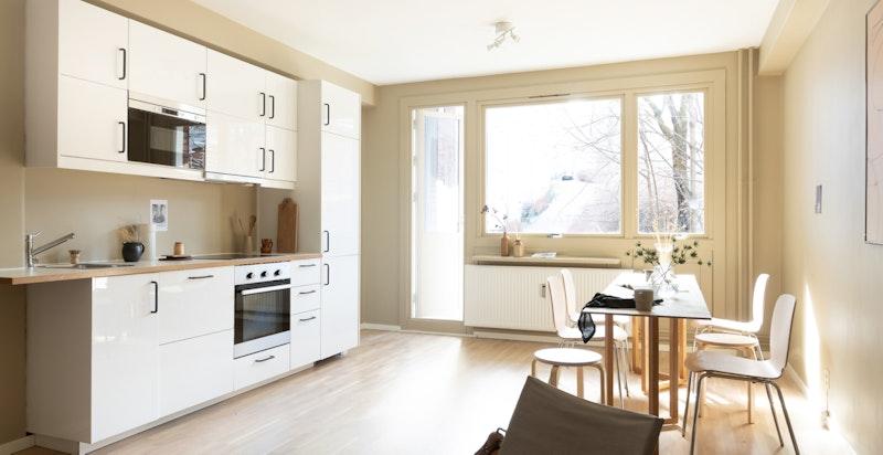 Kjøkkenet inneholder integrerte hvitevarer i form av keramisk topp, komfyr og oppvaskmaskin