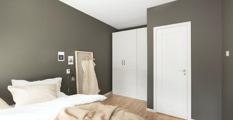 Det har god plass til dobbeltseng, garderobeskap og eventuelt skrivebord.