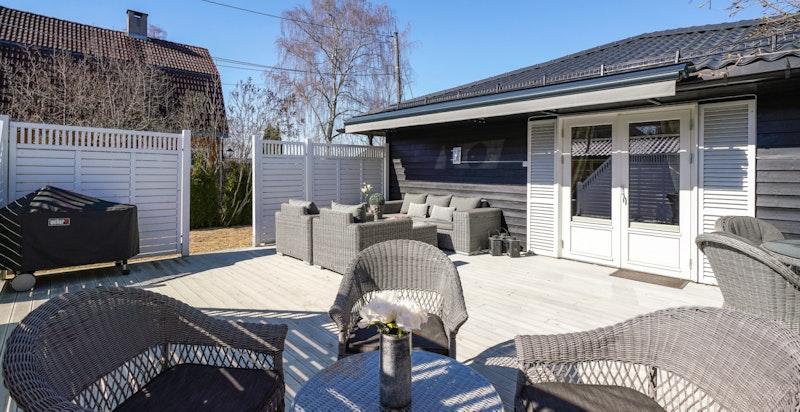 Den store solrike terrassen har god plass til sittegrupper m.m.