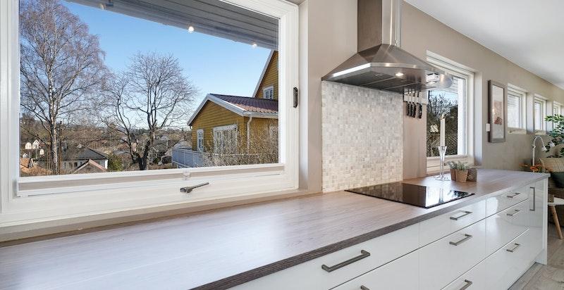 Kjøkkenet har godt med både skap- og benkeplass