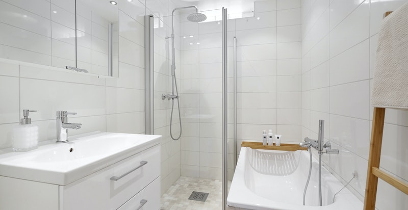 Bad 2 er innredet med servantskap, innfliset badekar og dusj med innfellbare glassdører. Alle våtrom ble pusset opp i 2014