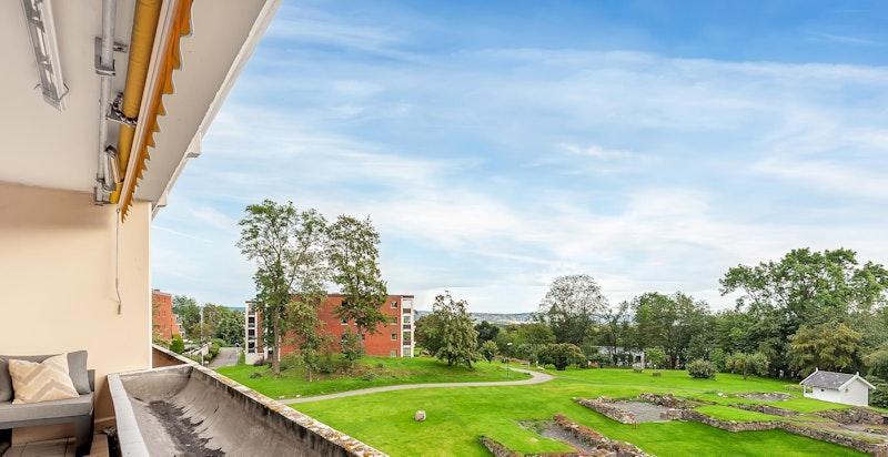 Flott utsyn mot de parkemssige fellesområdene og svært gode solforhold mot syd (fasaderehabilitering inkl. terrasser pågår)