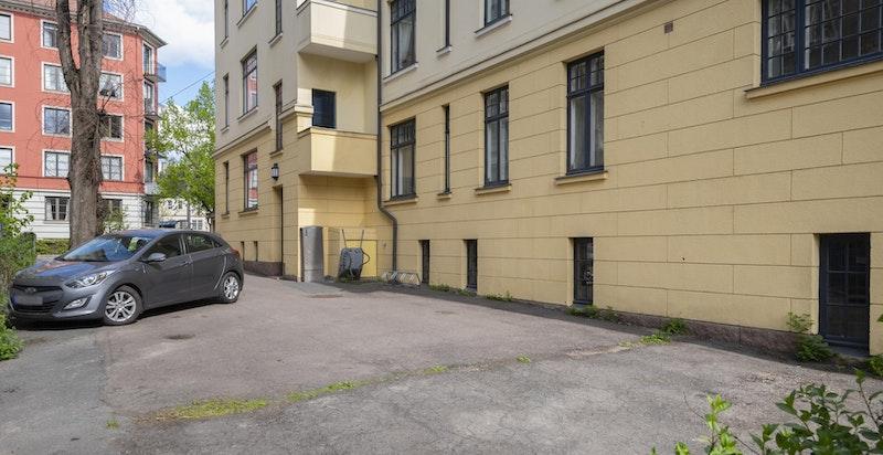 P-plass nr. 5 disponeres av leiligheten