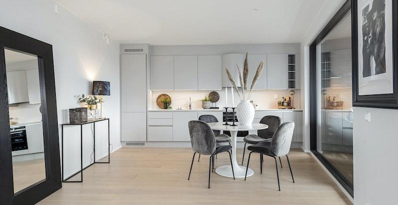 Leiligheten har et moderne og lekkert kjøkken fra HTH i modellen Athena med benkeskap og overskap i lys grå utførelse.