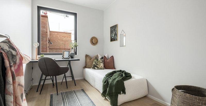 Soverom 2 egner seg godt som gjesteværelse, kontor, o.l. Rommet har plass til enkeltseng og garderobeinnredning.
