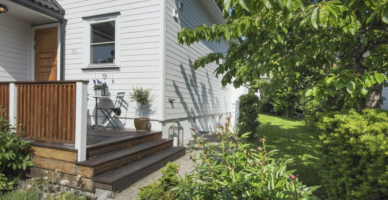 Flotte grøntområder rundt boligen - som ligger godt tilbaketrukket fra veien