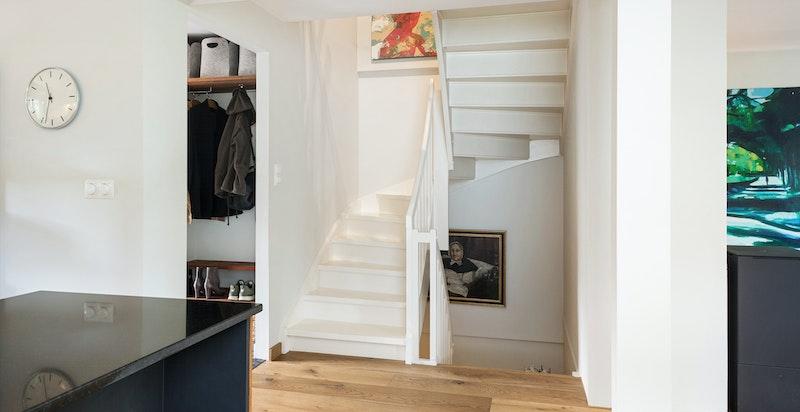 Fra kjøkkenet mot gang/trapp