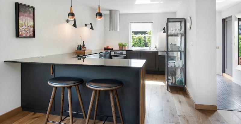 Pent Huseby kjøkken med granitt benkeplate
