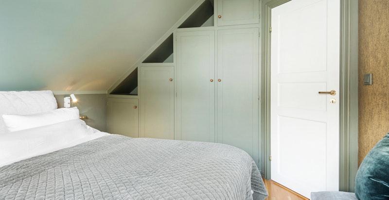 Plassbygde garderobeskap på alle soverom