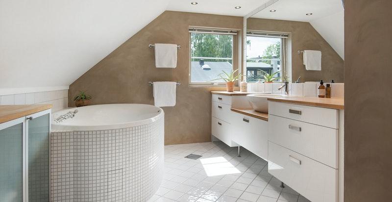 Badet er utstyrt med flislagt og buet Hurricane boblekar