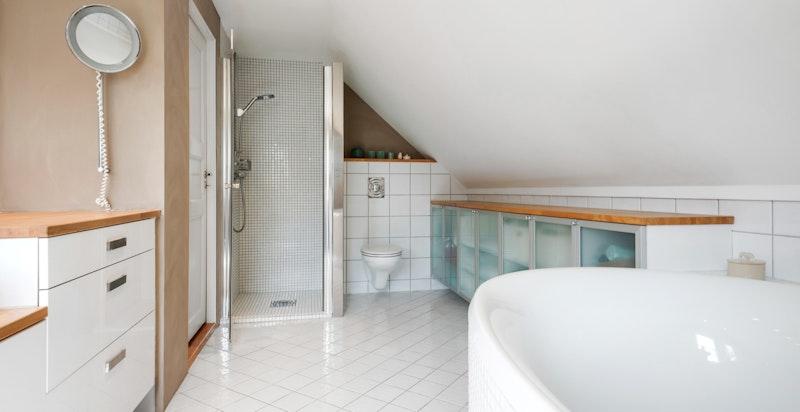 Stor dusj med glassdør og glassvegg og Villeroy & Boch vegghengt klosett