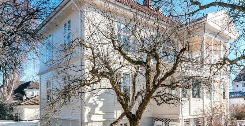 Det vakre huset er en av flere flotte historiske hus i gaten. Derfor er også området i planforslag avsatt til vern eller bevaring av småhuskarakteren