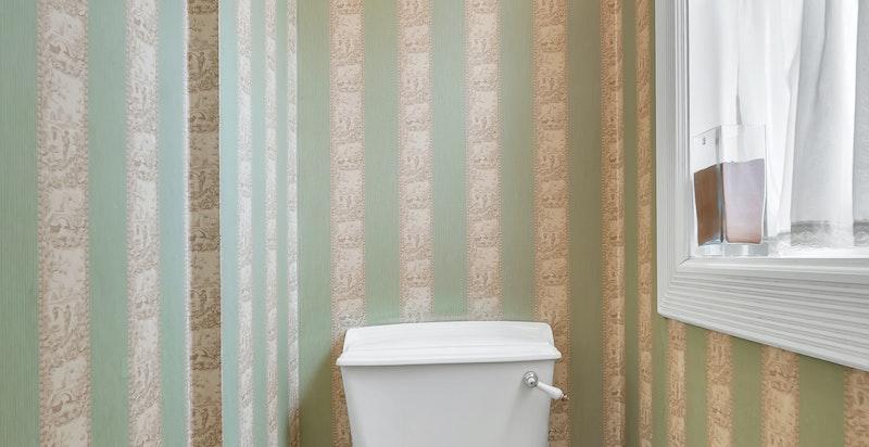 Gulvmontert wc med sisterne og vegghengt servant i klassisk stil