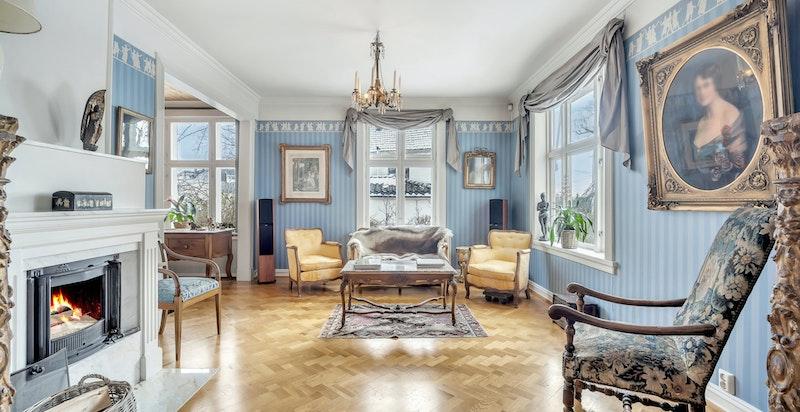 Gjennomgående bruk av historiske tapeter i store deler av boligen