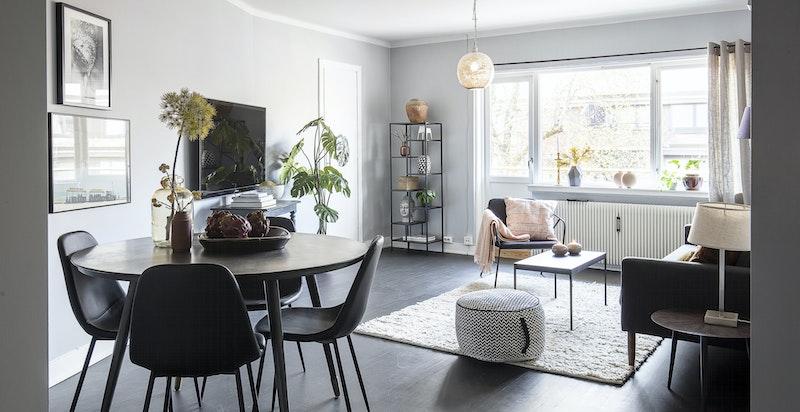 Romslig stue med plass til sofagruppe og spisebord.