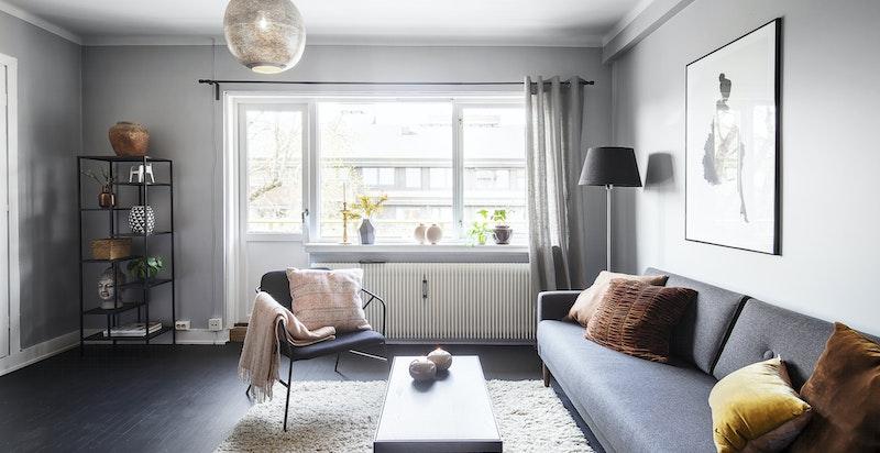 Stue med praktisk innvendig bod