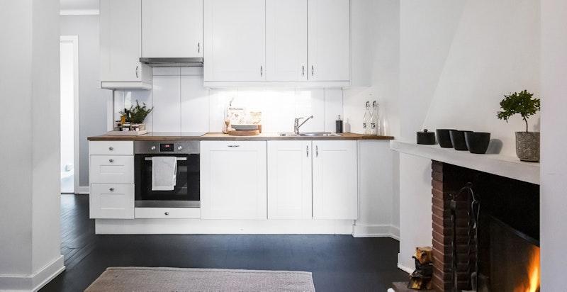 Kjøkkenet har integrerte hvitevarer som medfølger.