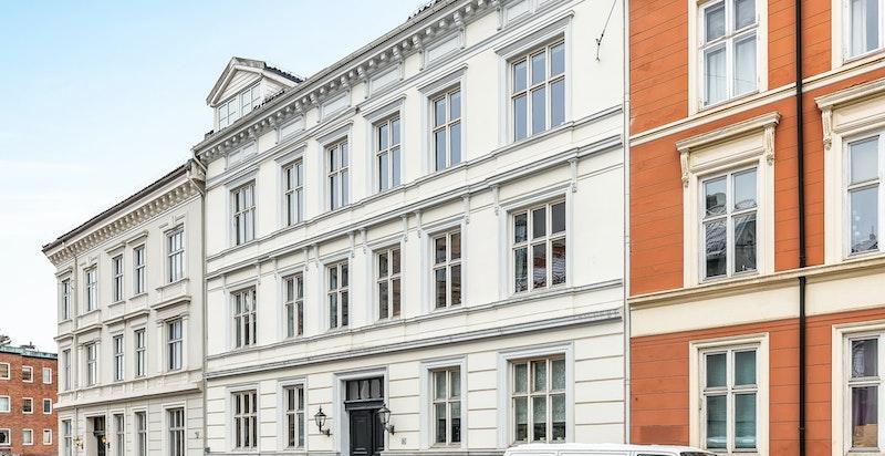 Klassisk bygård oppført over 4 etasjer pluss kjeller og loft. Loftet er utbygget med leiligheter. Eiendommen fremstår som pen og godt vedlikeholdt