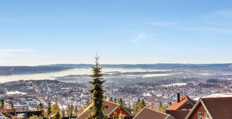 Spektakulær panoramautsikt til deler av indre Oslofjord, Asker/Bærum, Bærumsmarka, Nordmarka og byen