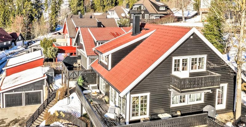 Blåbærsvingen 8 ligger høyt og fritt med mye luft rundt huset
