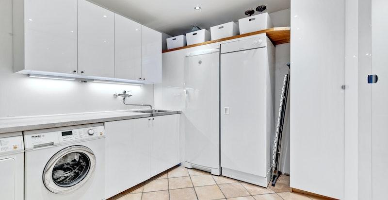 Stålkum i benkeplate. Opplegg til vaskemaskin. Ventil i himling. Sluk under skap. Originale hovedkonstruksjoner. Varmtvannsbereder er plassert i innkassing på vaskerom