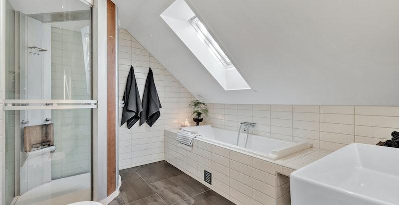 Innmurt badekar med flislagt front og stort dusjkabinett/steamdusj fra Tylö