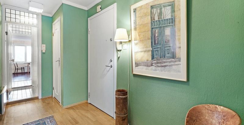 Inngangsdøren til høyre, deretter vaskerom og inn til kjøkkenet