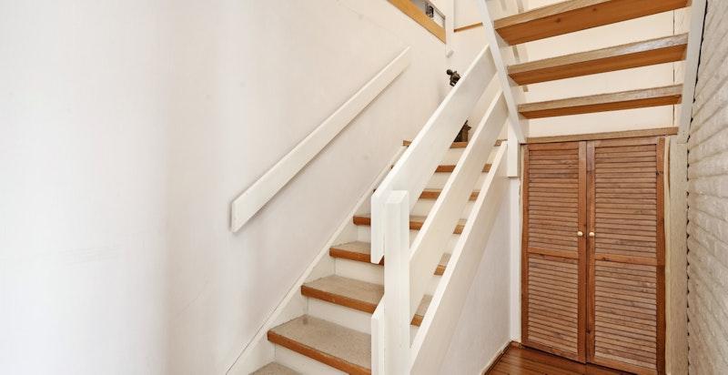 Praktisk lagringsplass under trappen