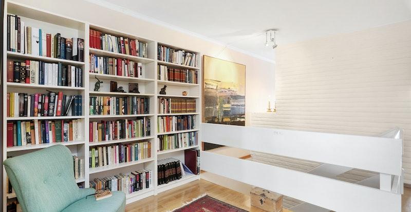 Kontor-/bibliotekhjørne med trapp ned til u.etg.