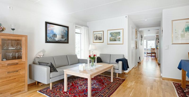 Endeleilighet gir flere vindusretninger og fint lysinnslipp i stuen