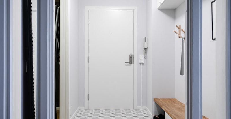 Entré med god plass og eget omkledningsrom/garderoberom