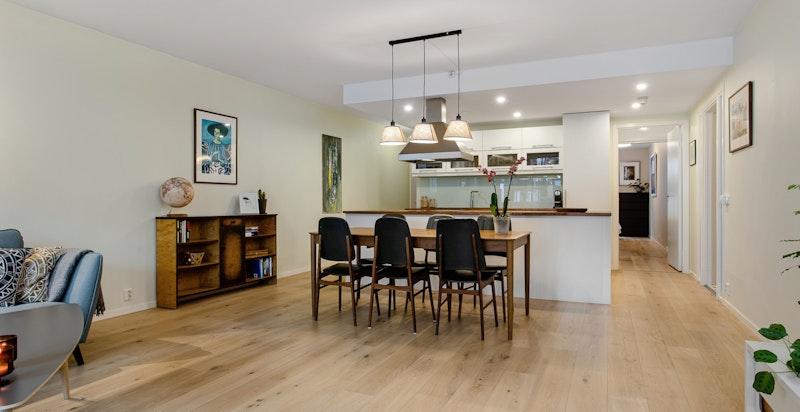 Spisestue med plass for stort spisebord