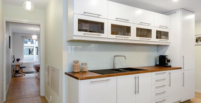 Lekkert kjøkken med rikelig skapplass