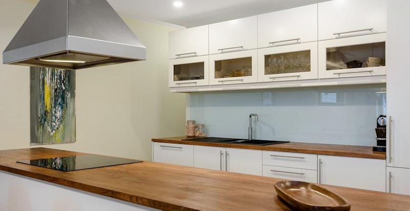 Kjøkkenøyen gir kjøkkenet rikelig med benkeplass og lagringsplass