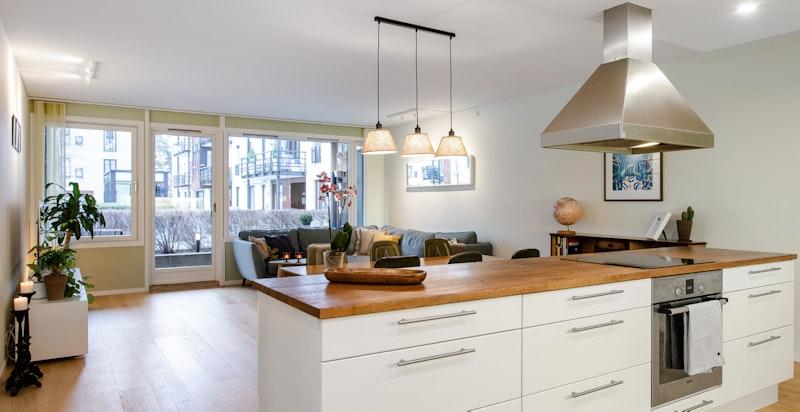 Moderne løsning med åpent kjøkken og kjøkkenøy.