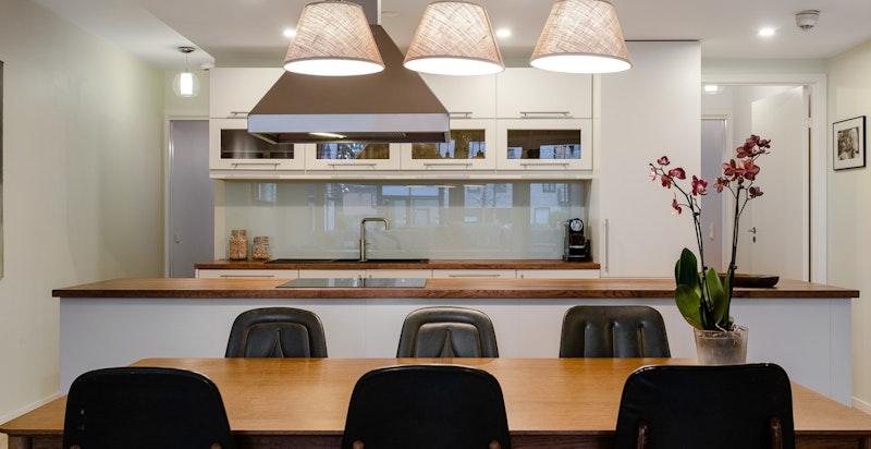 God plass for stort spisebord og mange til bords