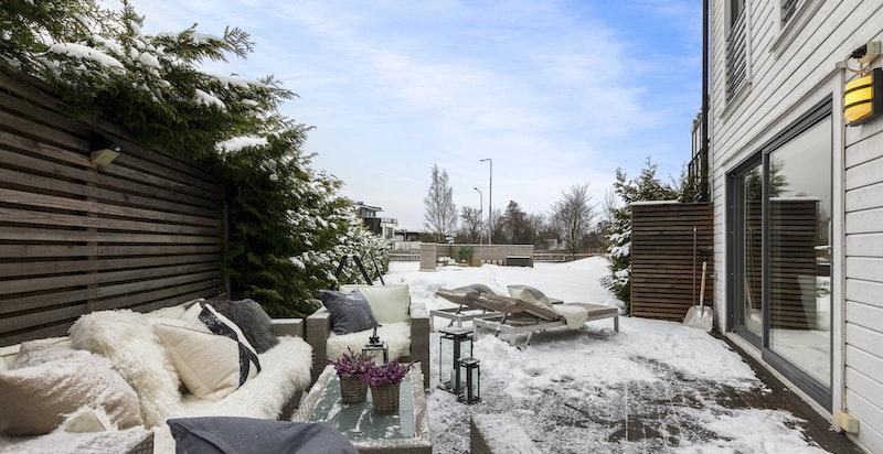 Terrasse ut fra stuen - med sydvendt hagedel