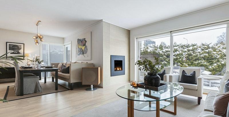 Lys og åpen stue med god plass til både sittegruppe og spisegruppe