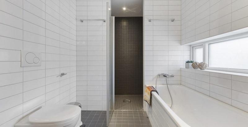 Badekar og stor dusjsone på hovedbadet