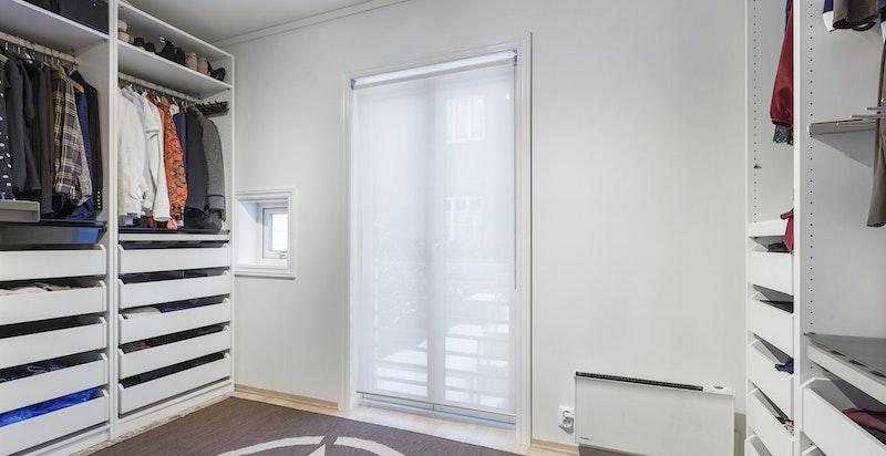 Soverom 3 i 2. etasje - innredet i dag som walk-in garderobe (innredningen medfølger)