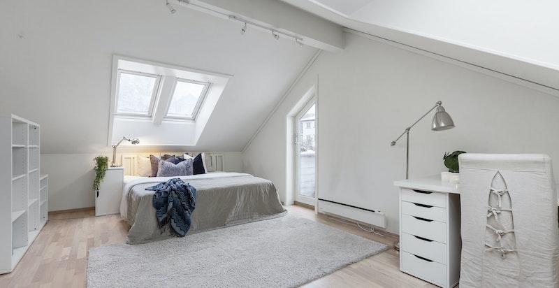 Romslig soverom med god plass til både dobbeltseng og diverse innredning - egner seg bra som både hovedsoverom eller 'ungdomsavdeling'
