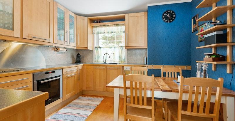 Kjøkken med spisesplass og hvitevarer