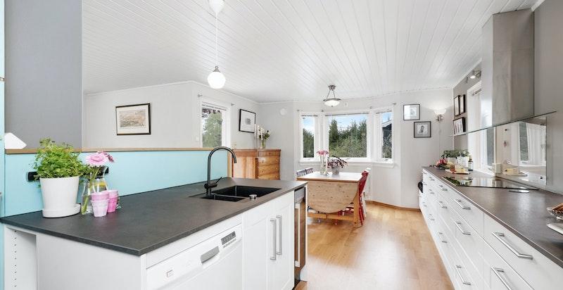 Kjøkkenet er levert av KVIK- og har plenty med skap- og benkeplass