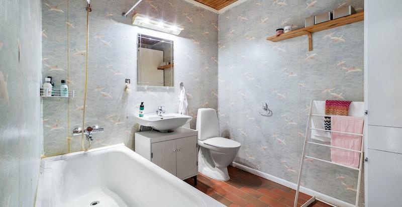 Badet i hybelen er innredet med servantskap, toalett og badekar