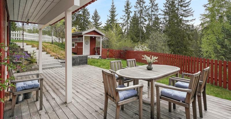 Eiendommen har flere solrike terrasser/uteplasser