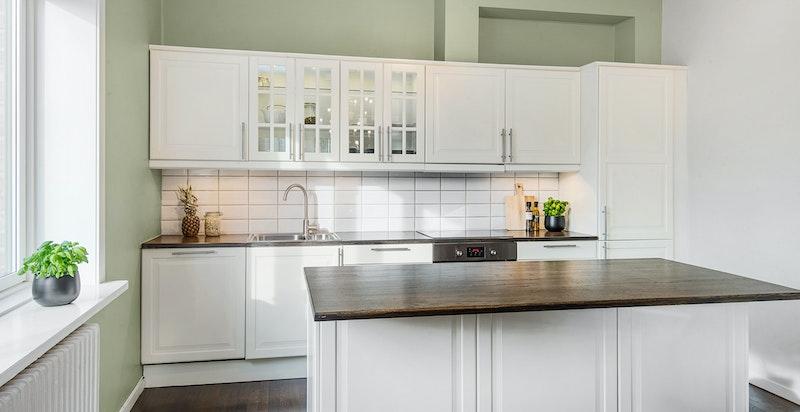 Lekkert kjøkken med kjøkkenøy med barløsning og god benkeplass