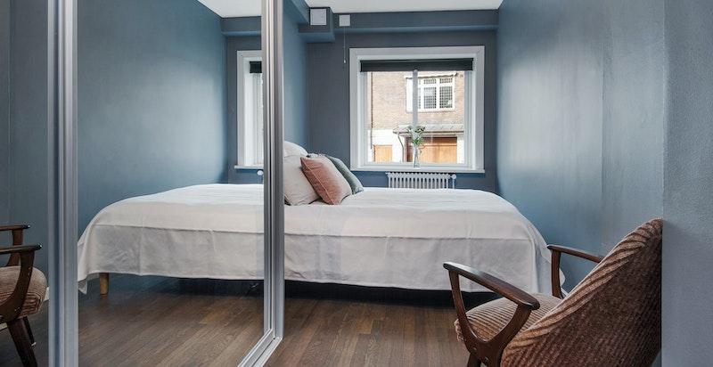 Hovedsoverom med plass for stor seng og speil skyvedørsgarderobe