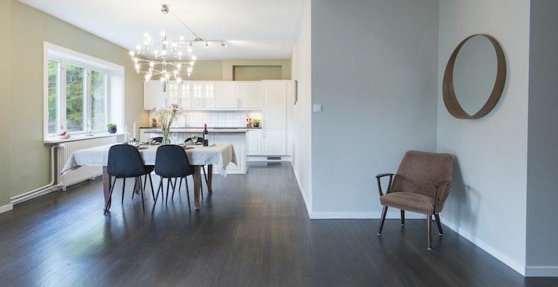 Stuen har god plass for stort langbord ved behov
